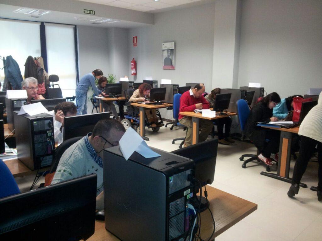 Persoas con parálise cerebral fórmanse en Pontevedra como auxiliares de servizos administrativos