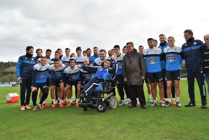 El Deportivo de La Coruña premia con una camiseta firmada a un usuario de ASPACE- Coruña