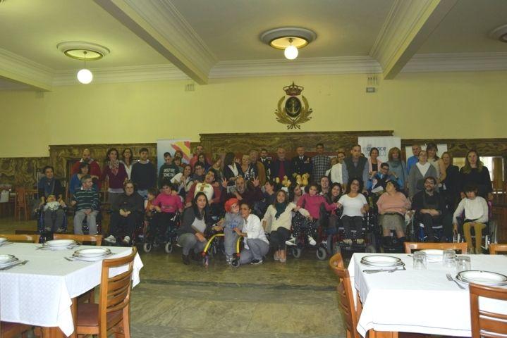 Familias, usuarios y trabajadores  de Amencer- ASPACE, unidos para elaborar la mejor tosta