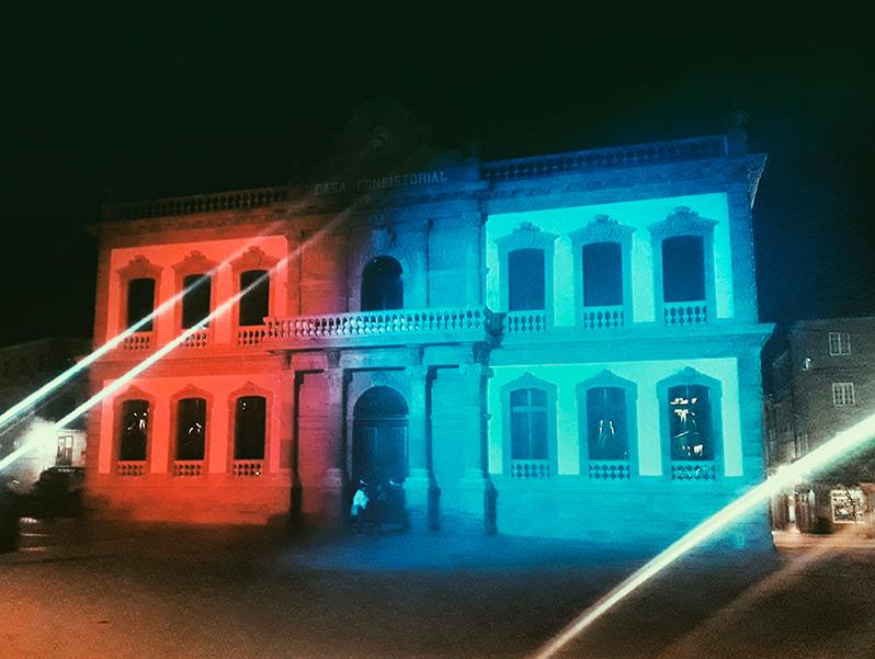 Las principales ciudades gallegas visten de azul y naranja edificios y monumentos emblemáticos
