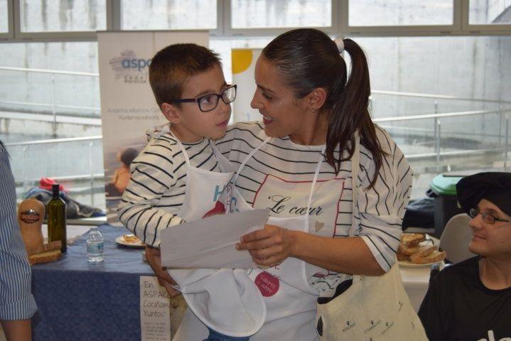 Carmen e Hugo fanse co premio á mellor tosta de ASPACE- Galicia