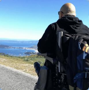 Una persona en silla de ruedas observa el mar.